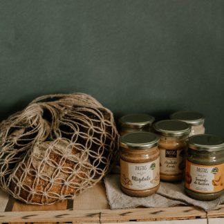 Крем-паста, хлеб и мед
